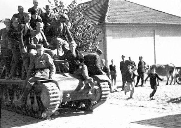Jelički četnički odred na zaplenjenom tenku