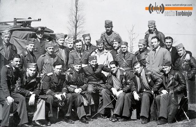 Летачко особље 69. Ваздухопловне групе (217. и 218. ескадрила) 8. Бомбардерског пука: Ђоко Путица са саборцима (у доњем реду, други са десна)