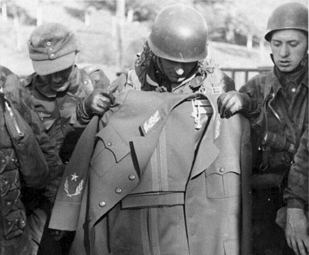 """Nemci sa """"zarobljenom"""" Titovom maršalskom uniformom"""