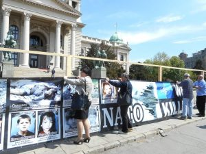 Udruženje porodica kidnapovanih i ubijenih na Kosovu i Metohiji postavilo je novi pano sa slikama stradalih i nestalih, takozvani Zid plača, ispred Narodne skupštine Srbije u Beogradu.