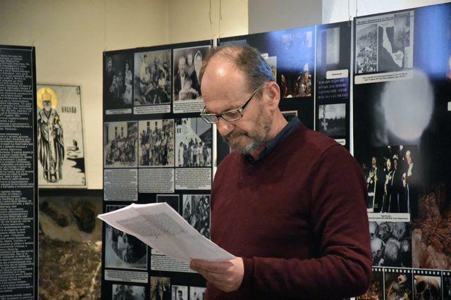 """Izložbu """"Prebilovci"""" u Parohijskom domu Srpske pravoslavne crkve u Oslu otvorio je predsjednik Srpskog nacionalnog društva """"Prebilovci"""" Milenko Jahura."""