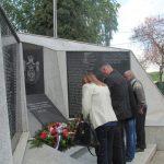 Kod spomen-obilježja u mjesnoj zajednici Šamac služen je pomen za 114 poginulih borca Vojske Republike Srpske /VRS/ i 22 civilne žrtve rata.