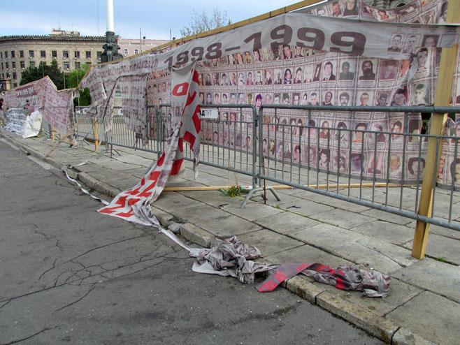 Slike srpskih žrtava sa Kosova leže zgužvane na ulici Foto: SRNA