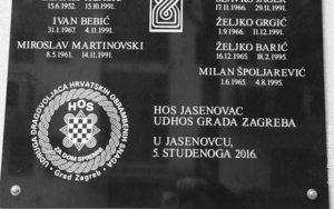 """Spomen-ploča u Jasenovcu sa ustaškim pozdravom """"Za dom spremni"""""""