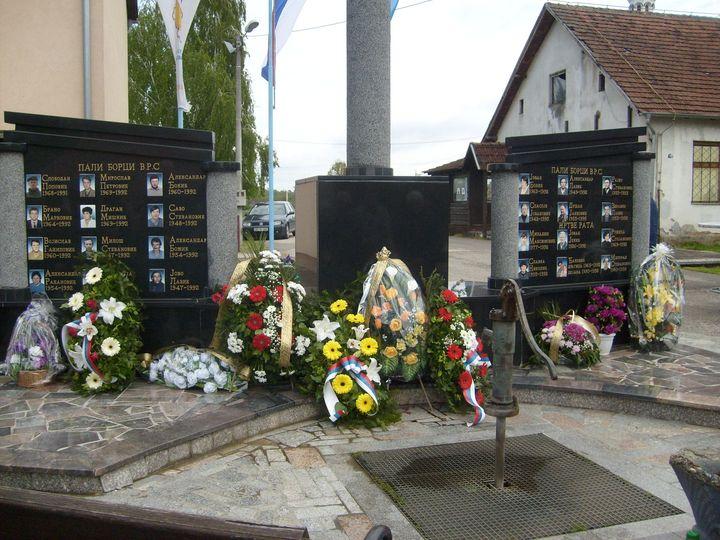 U Batkuši kod Šamca danas je služen parastos za 18 srpskih boraca iz proteklog odbrambeno-otadžbinskog rata, sedam civilnih žrtava i 45 poginulih u Drugom svjetskom ratu