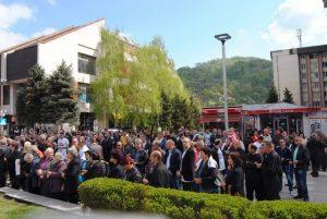 U Zvorniku je danas povodom 25 godina od oslobođenja grada u proteklom odbrambeno-otadžbinskom ratu služen pomen i položeno cvijeće na centralni spomenik za 1.080 poginulih srpskih boraca, a potom je održana svečana akademija.