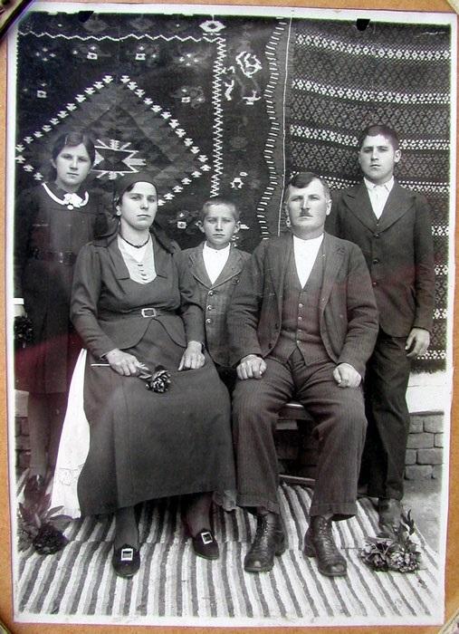 Porodica Luke Bastašića 1938. godine: Jovanka, Evica, Milan, Luka i Stevo