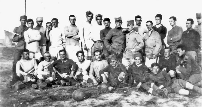 Fudbal u izbeglištvu nadomak fronta: timovi Napredak I i Napredak II u Mikri 1917. (Foto iz zbirke Srbislava Č. Todorovića)
