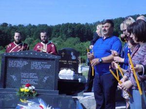 Na banjalučkom Novom groblju danas je služen parastos i položeno cvijeće povodom 25 godina od stradanja 12 beba u banjalučkom Kliničkom centru zbog nedostatka kiseonika.
