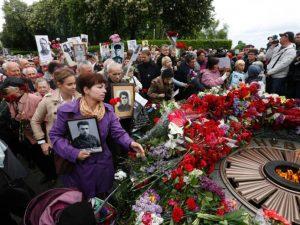 Људи полажу цвијеће на споменик Спомен славе Фото: АП