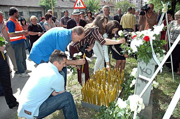Sveće i cveće na mestu stradanja vojnika JNA u Tuzli