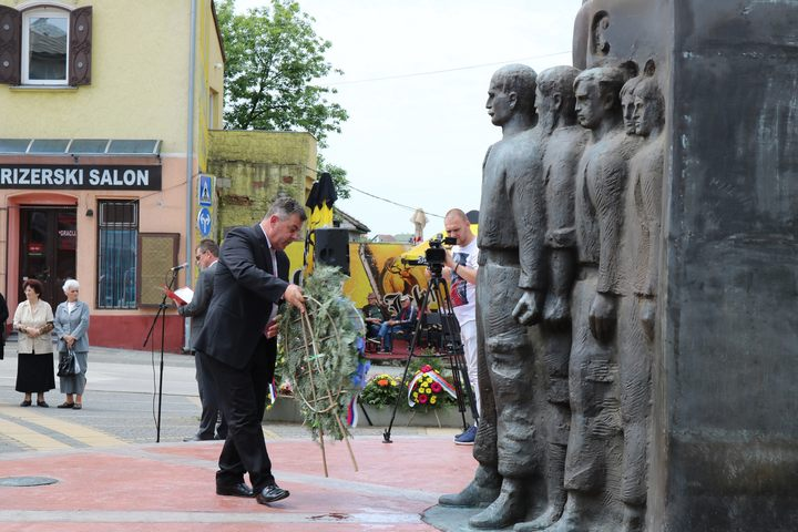 U Derventi je danas služenjem parastosa i polaganjem vijenaca ispred centralnog spomen-obilježja za 608 poginulih borca, obilježen 12. maj - Dan Vojske Republike Srpske i 25 godina od formiranja derventskih brigada, 327. brigade i Osinjske brigade Foto: SRNA