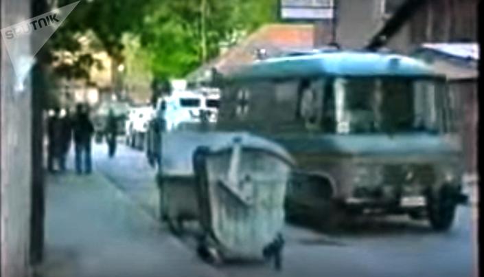 """""""Slučajno sam bio pored tog vozila, bio sam pretpostavljeni doktoru Raduloviću, on mi je rekao, šefe, uđite u sanitet"""", Kovačević se priseća ulaska u vozilo koje mu je možda sačuvalo glavu u Dobrovoljačkoj. Foto: YOUTUBE"""