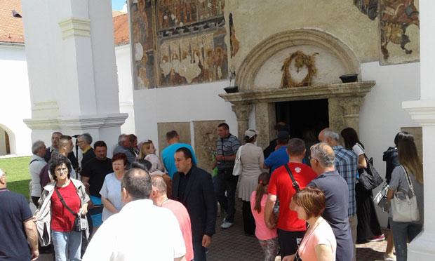 INTERESOVANjE Manastirska porta bila mala da primi sve vernike,foto S.Kostić