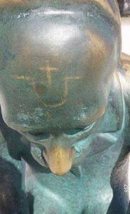 """""""U"""" na čelu skulpture Špire Brusine"""