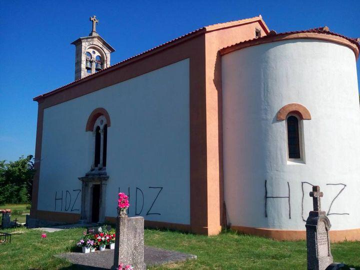 """Na svim stranama tek okrečene i obnovljene pravoslavne crkve Svetog Georgija u mjestu Žegar u sjevernoj Dalmaciji velikim slovima ispisano je """"HDZ"""""""