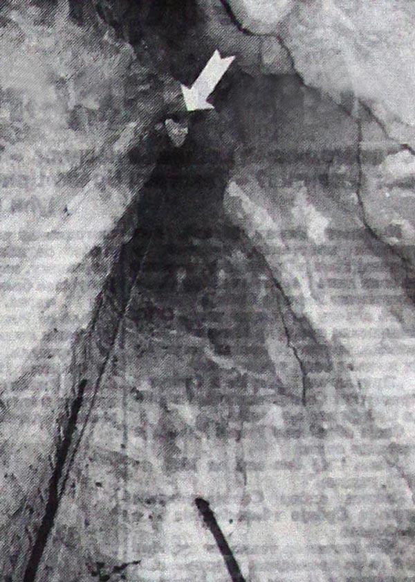 Pogled sa dna Šaranove jame: otvor na vrhu obeležen strelicom podseća na rupu u ključaonici – tako to izgleda sa dubine od 42.5 metra (snimio Željko Jovanović)