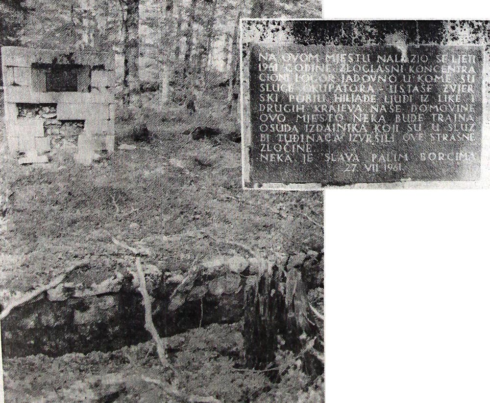 1. Pre dvadeset devet godina ova jama pred ulazom u logor Jadovno zabetonirana je i podignut ovaj spomenik. Natpis na njemu skriven je od prolaznika, jer put prolazi iza njega...2.Tekst spomen-ploče na zapuštenom spomeniku pred nekadašnjim logorom Jadovno