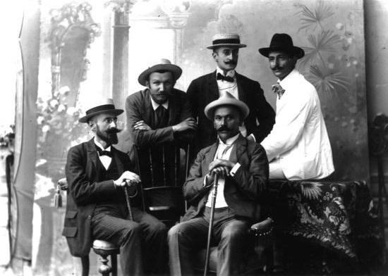 Aleksa Šantić (u belom odelu) sa prijateljima iz časopisa Srđ. Prvi s leva je Antun Fabris. Foto: Wikipedia