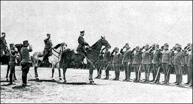 Car Nikolaj ispred Srpske dobrovoljačke divizije