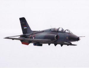 """Jedini primerak aviona G-4 Super Galeb u Republici Srpskoj (23725) u letu tokom aeromitinga održanog 2002. godine. Na nosnom delu aviona vidi se amblem """"Kobri"""", ostatak iz perioda službe na aerodromu Udbina (foto Drago Vejnović)"""