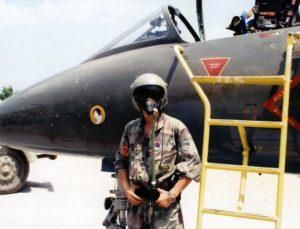Pilot VRS pored aviona G-4 Super Galeb na aerodromu Aleksandrovac (Mahovljani) 1992. godine (foto Drago Vejnović)