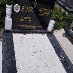 Pravoslavna kapela i mjesno groblje u Osijeku, u opštini Ilidža, bili su ponovo na meti vandala koji su razbili portal na kapeli i oštetili četiri spomenika, rekao je Srni paroh blažujski jerej Darko Danilović.