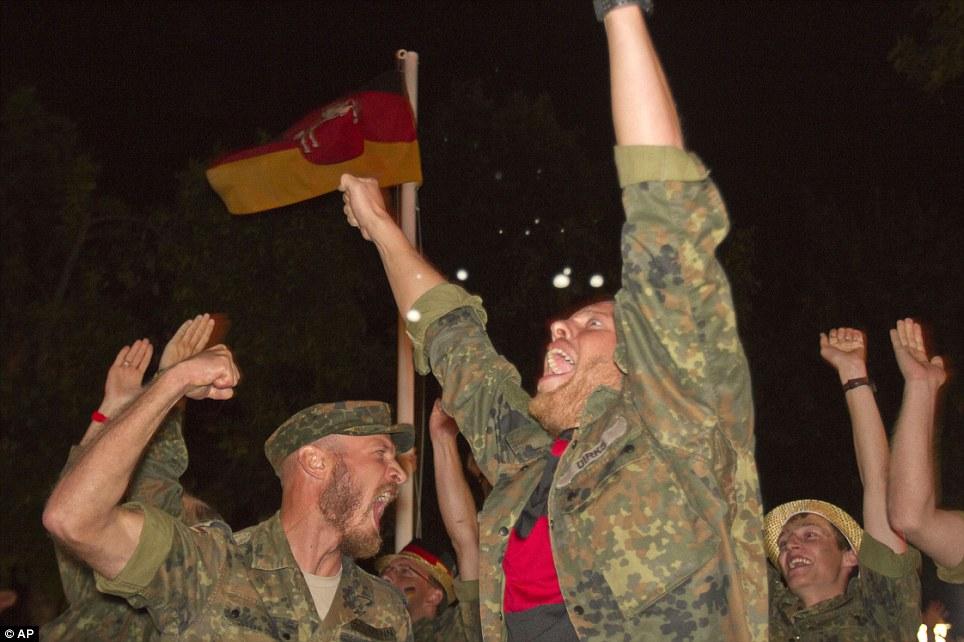 Nemački okupatorski vojnici gledaju utakmicu. Prizren, Kosovo i Metohija.