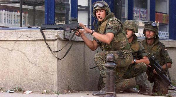 Nemački vojnici u Prizrenu, u trenutku dok su na Ladu ispalili preko 200 metaka.
