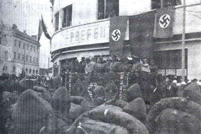 """Nemci, fašisti, sa šiptarskim saveznicima u Peći, 1944. godine, zloglasna jedinica """"Skenderbeg""""."""