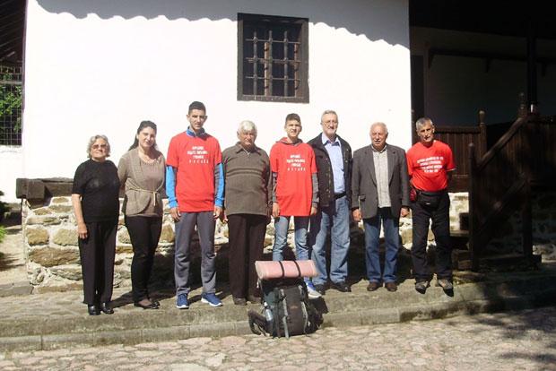 Obiđanović (prvi zdesna) sa naslednicima legendarnog vojvode,Foto M. Petković