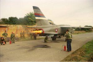 U vreme zabrane letova avioni su redovno održavani i pokretani su motori, a čuvani su u armiranobetonskim skloništima (ABS). Dekonzervacija zamenjenog desnog motora na avionu Orao ev. br. 25119, na aerodromu Mahovljani (foto Drago Vejnović)