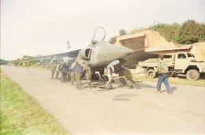 Ručni sistem uvlačenja naoružanog aviona Orao u armiranobetonsko sklonište (foto Drago Vejnović)