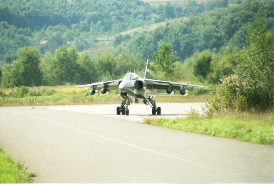 Orao naoružan sa četiri kasetne bombe BL-755 u odlasku na borbeni zadatak, završne borbe jesen 1995. godine (foto Drago Vejnović)