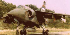 Jurišni avion J-22 Orao (25173), naoružan sa kasetnim bombama Hanting BL-755 (Hunting BL-755), napalm bombama PLAB-350, bombama za uništavanje PSS Matra darendel (Matra Durandal) i TV vođenim raketama vazduh-zemlja Hjuz AGM-65B meverik (Hughes AGM-65B Maverick), na aerodromu Mahovljani kod Banja Luke, Republika Srpska