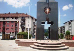 Na centralnom spomen-obilježju na Palama postavljeno je osam ploča na kojima su uklesana imena 536 boraca, pripadnika Vojske i Ministarstva unutrašnjih poslova Republike Srpske poginulih u proteklom Odbrambeno-otadžbinskom ratu