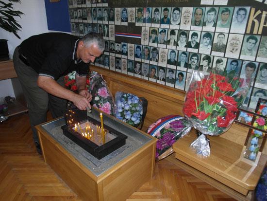 Petrovo - spomen soba, paljenje svijeća poginulim borcima