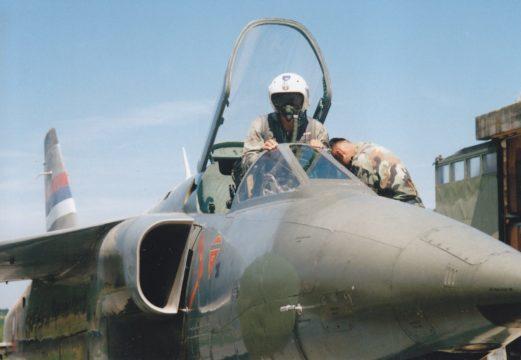 Pilot Orla ulazi u kabinu aviona uz pomoć mehaničara, uoči poletanja na borbeni zadatak. Nekolicina pilota Orlova donosila je ključnu prednost VRS, koja se u inostranstvu visoko cenila (foto VRS)