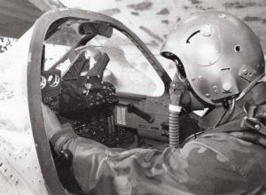 Pilot VRS u kabini Orla vrši poslednje provere neposredno pred poletanje na zadatak. Operacija Koridor 1992. godine (foto Ranko Ćuković)