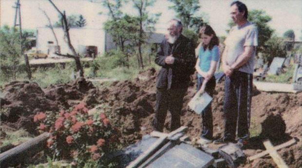 Simonida sa ocem i sveštenikom kraj razrovanog groba majke Sunčice 1999. u Prištini