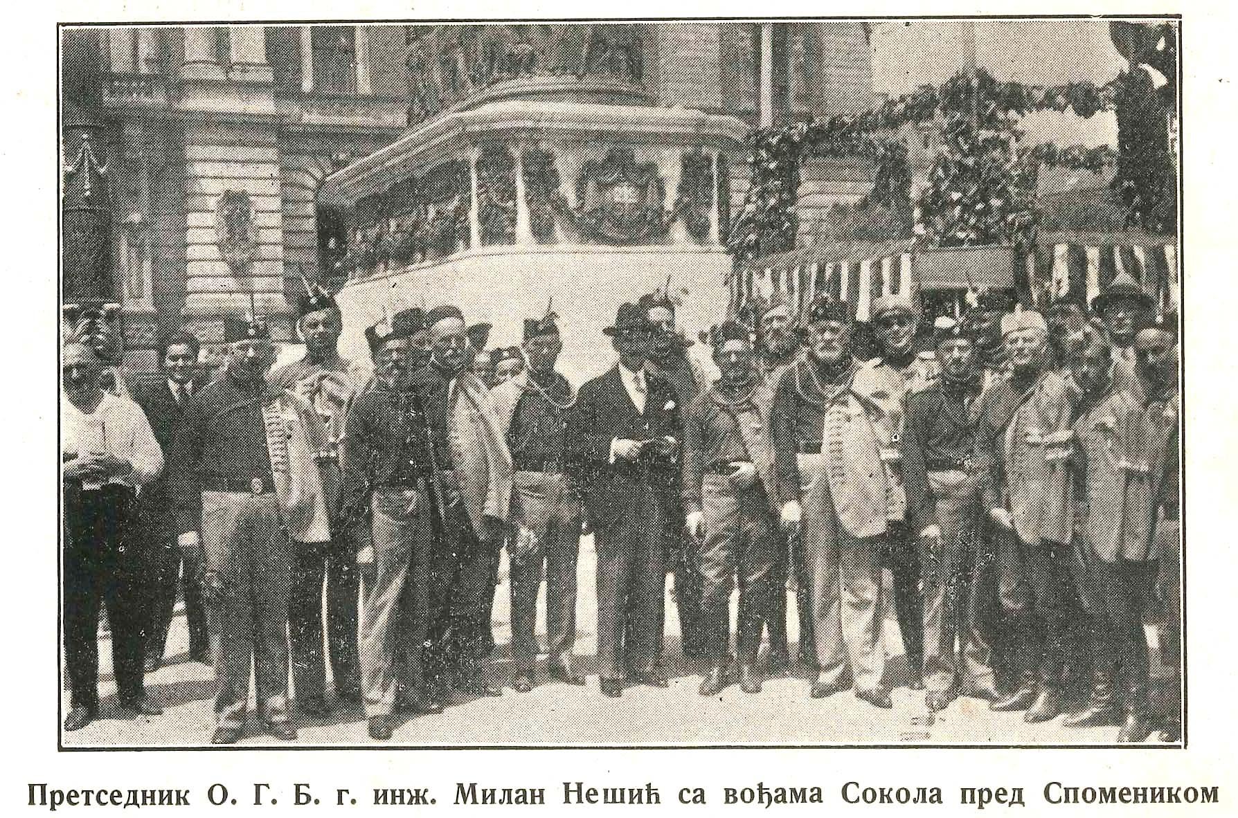 Sokoli pred spomenikom Knezu Muhajlu za vreme sleta