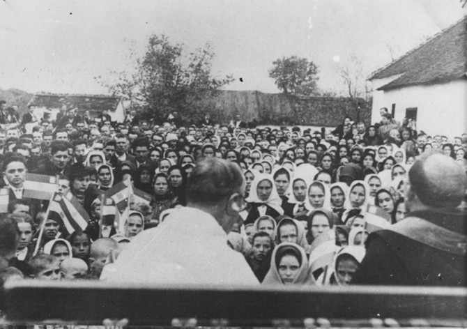 Zloglasni sveštenik Sidonije Šolc vrši obred masovnog katoličenja pravoslavnih Srba. Kozarska Dubica, avgust 1941. godine. Foto: Wikimedia Commons/znaci.net