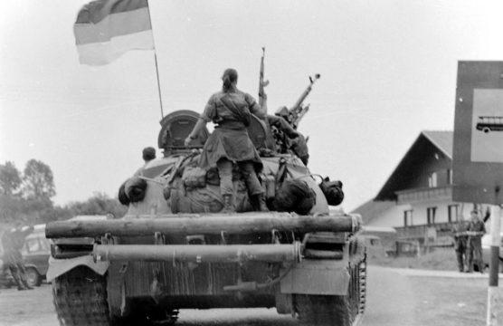 Oklopne jedinice iz sastava 1. okbr VRS koje su bile u sastavu TG-1 maršuju prema očekujućem rejonu u okolini Modriče. Vučijak-Prnjavor, juni 1992. godine. (Foto Ranko Ćuković.)