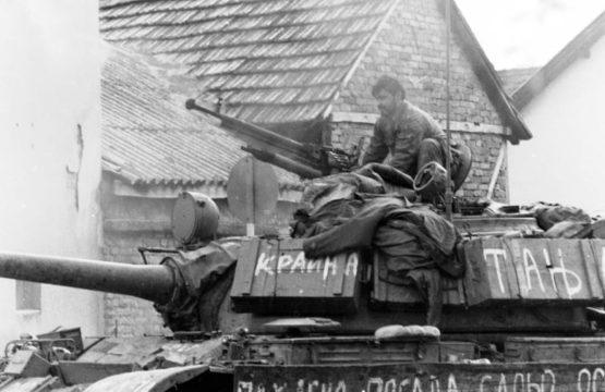 Tenkisti iz sastava TG-3 vrše pripremu tenka T-55 za izvršenje borbenog zadatka.Okolina Broda, jesen 1992. godine. (Foto Ranko Ćuković)