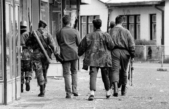 Borci VRS oprezno ulaze u tek oslobođenu Modriču. Vidovdan 1992. godine.