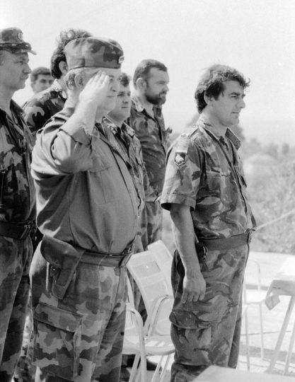 """Ceremonija proglašenja """"Vukova sa Vučijaka"""" Prvim udarnim bataljonom 1. KK VRS. Kremna kod Prnjavora, juni 1992. godine."""