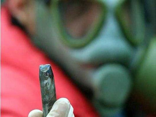 Tehničar Instituta za fiziku u Beogradu pokazuje projektil sa osiromašenim uranijumom (Foto: AP)