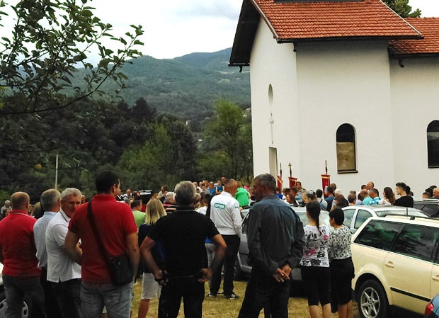 Liturgija ispred seoske crkve u Gostoviću