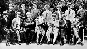 Potpisnici Deklaracije fotografisani 20. jula 1917. godine na Krfu, Nikola Pašić (dole u sredini) i Ante Trumbić (desno od njega)