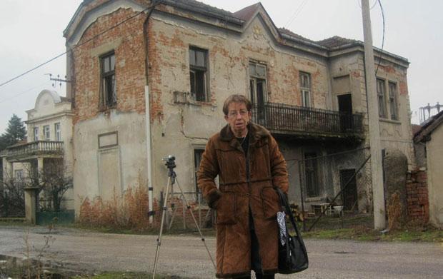 Nica ispred kuće svog oca Anđelka Foto iz porodičnog albuma